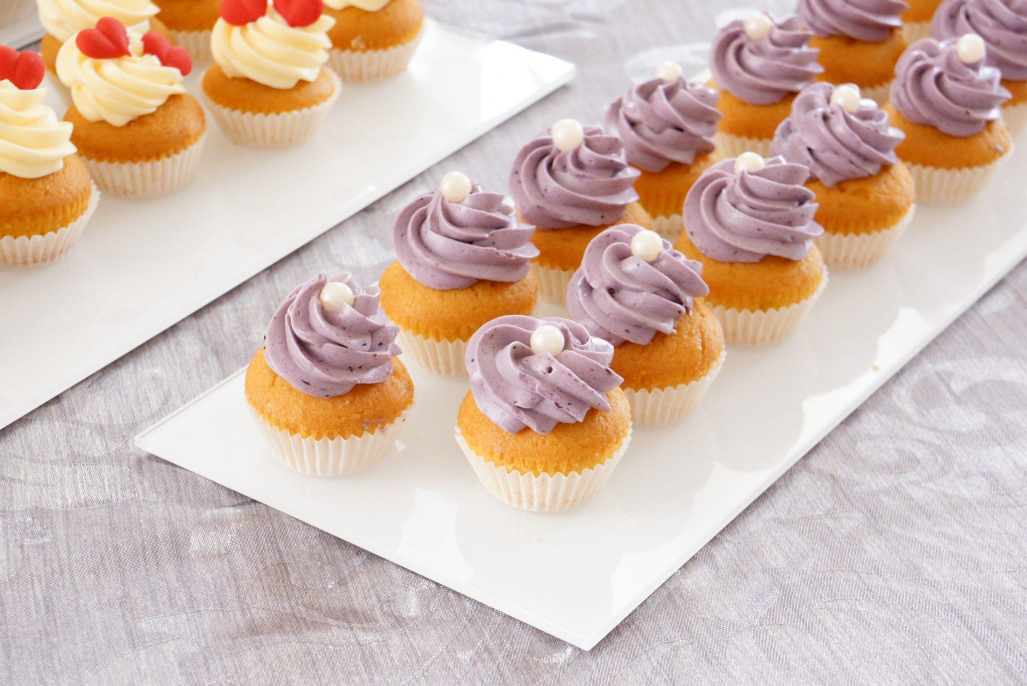 babeczki cupcake z jagodami z kremem jagodowym