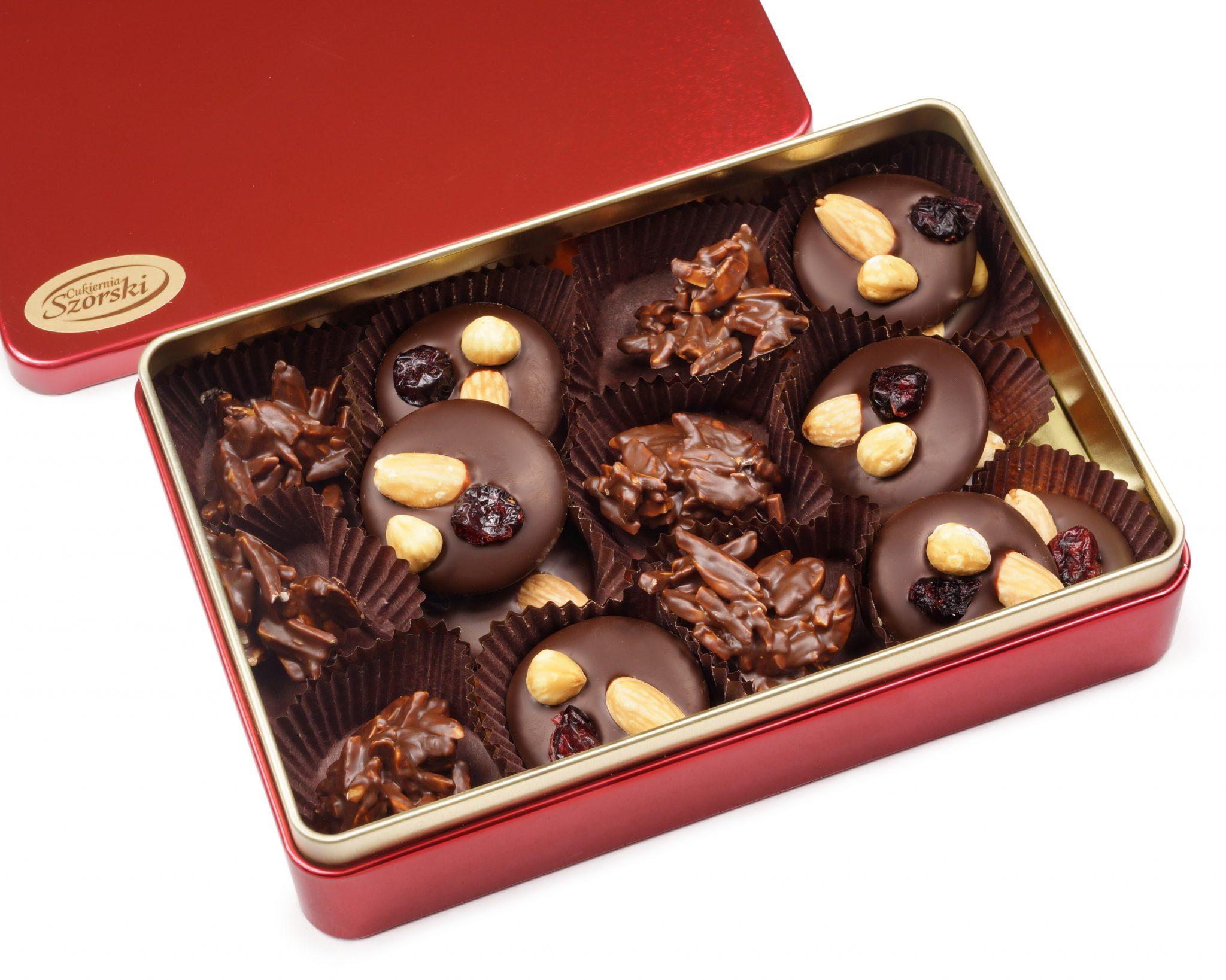 czerwona puszka z czekoladkami