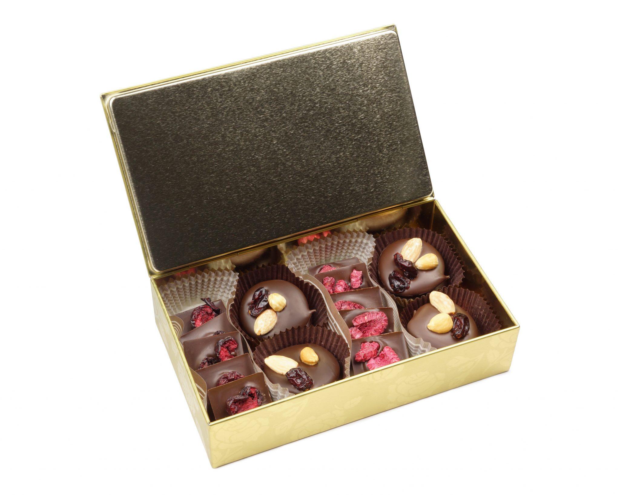 Złota puszka z czekoladkami