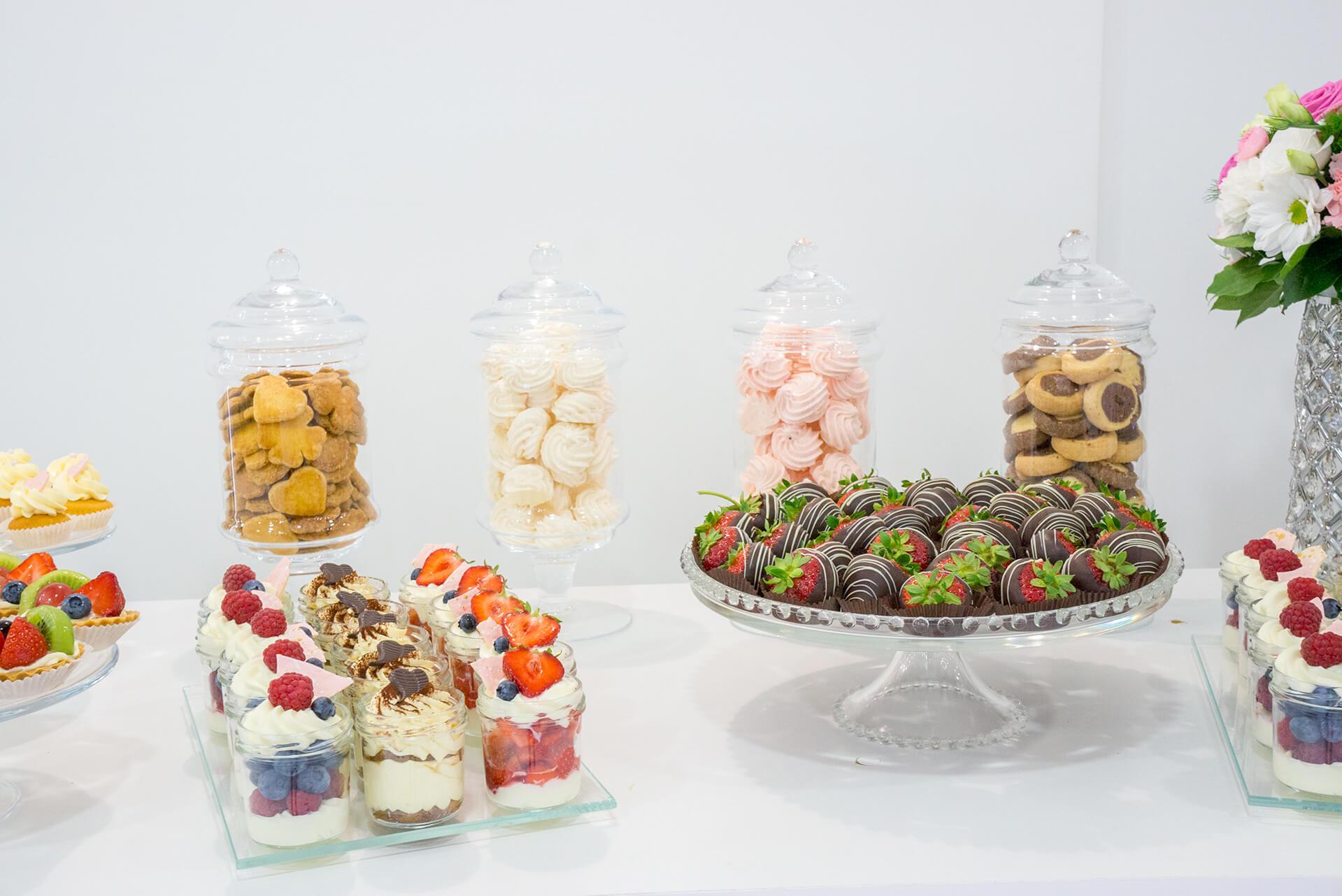 słodki stół na biało