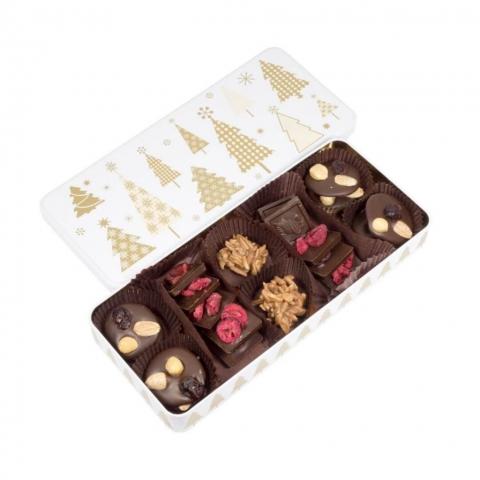 """Puszka """"Złote Choinki"""" Świąteczna puszka wypełniona czekoladkami deserowymi z migdałami, orzechami laskowymi oraz migdałami w mlecznej czekoladzie."""