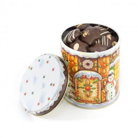 """Puszka """"Piernikowy domek"""" Puszka z dekorowanymi piernikami w czekoladzie deserowej oraz ciasteczkami orzechowymi."""