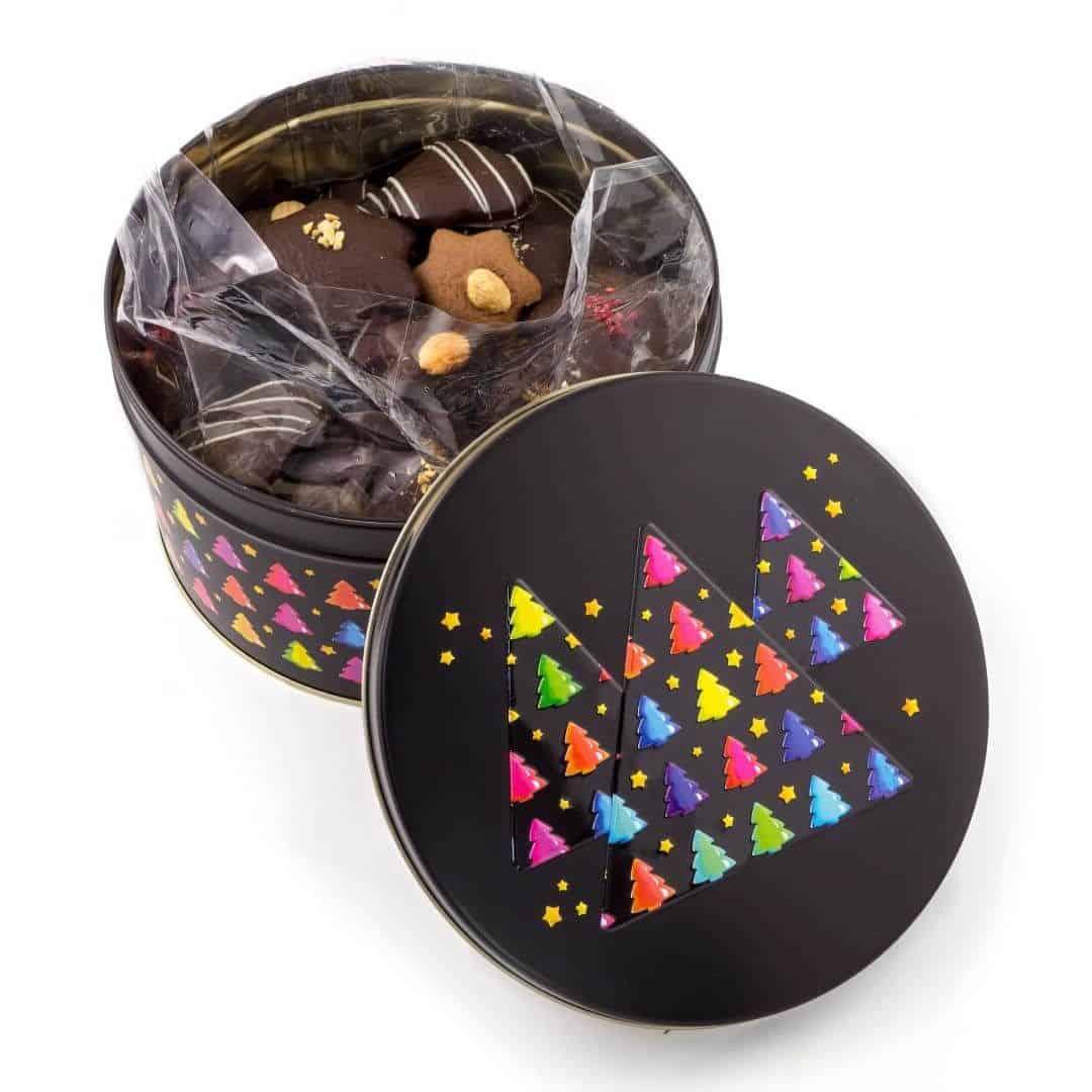"""Puszka """"Choinki"""" Puszka z dekorowanymi piernikami w czekoladzie deserowej z malinami, migdałami i białą czekoladą."""