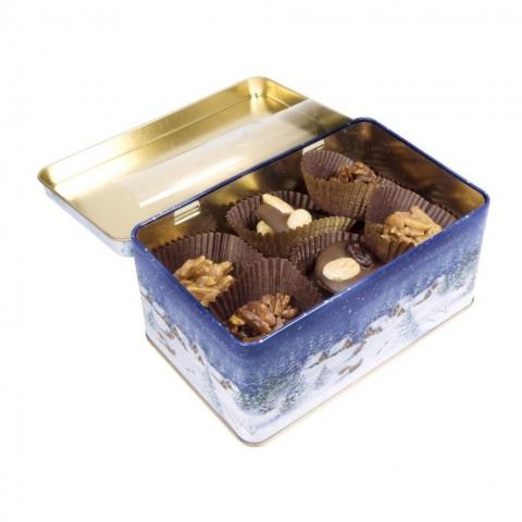"""Puszka """"Zima"""" Świąteczna puszka wypełniona czekoladkami deserowymi z migdałami, orzechami laskowymi oraz migdałami w mlecznej czekoladzie."""