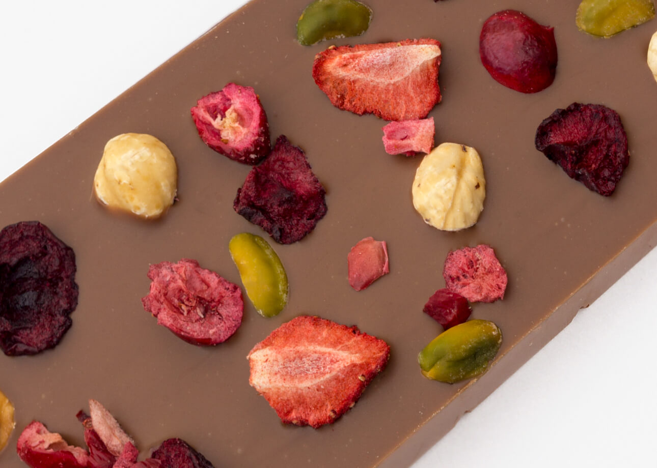 czekolada mleczna z orzechami i owocami